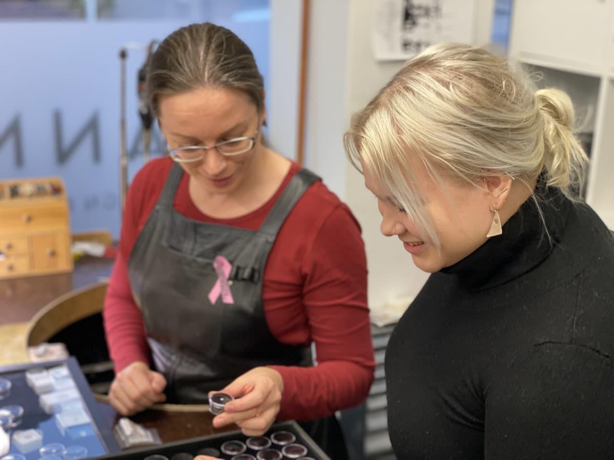 Hanna Korhonen näyttää timantteja harjoittelussa olevalle Siru Liedekselle.