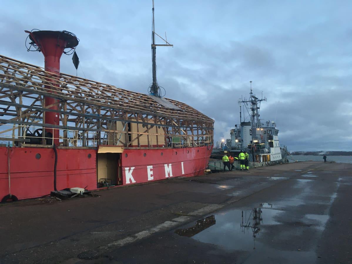 Majakkalaiva Kemi lähdössä kunnostukseen Suomenlinnaan marraskuussa 2020.