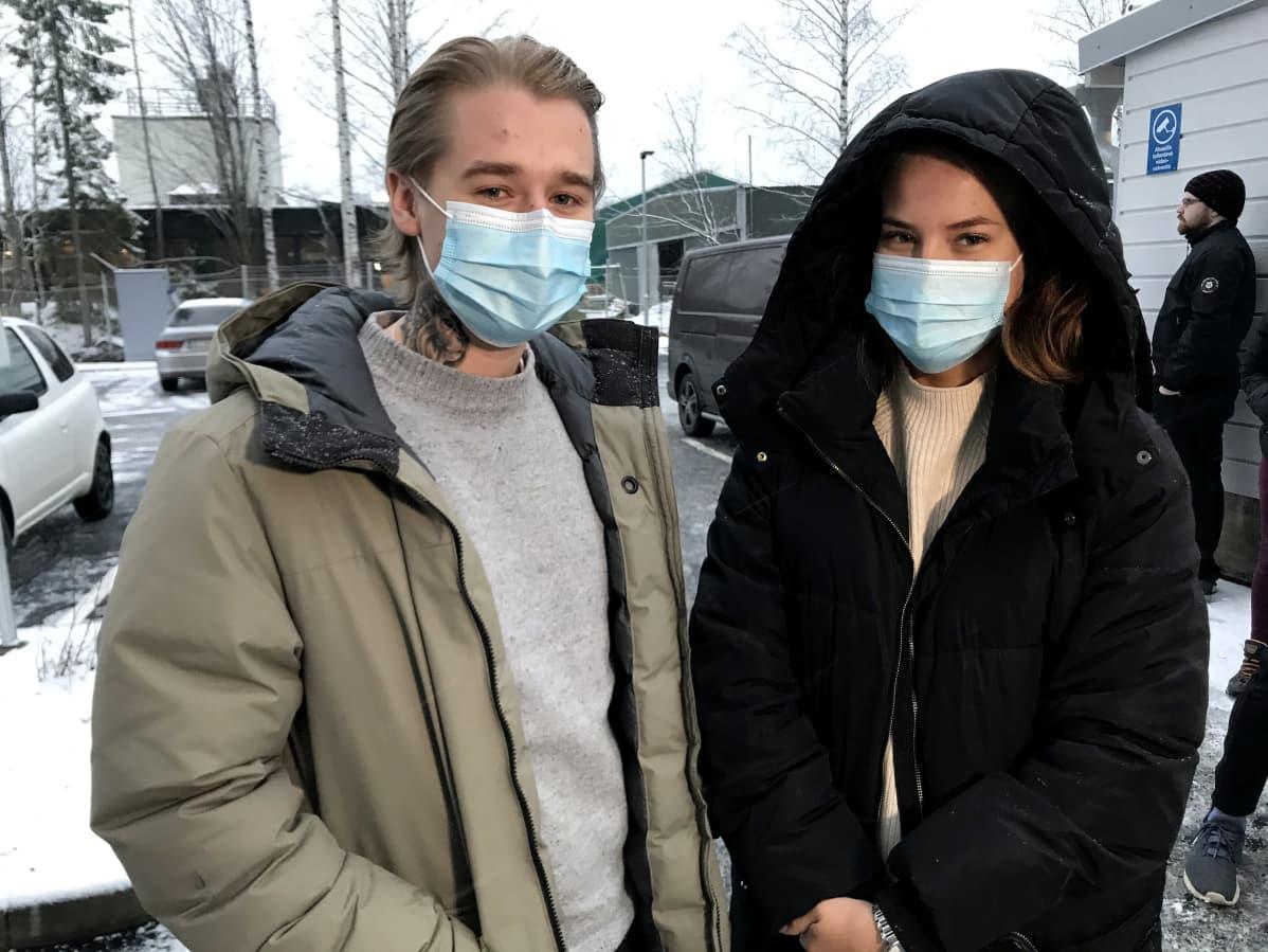 Opiskelijat Santeri Varjovirta ja Katariina Ojanen muuttopuuhissa uuteen asuntoon
