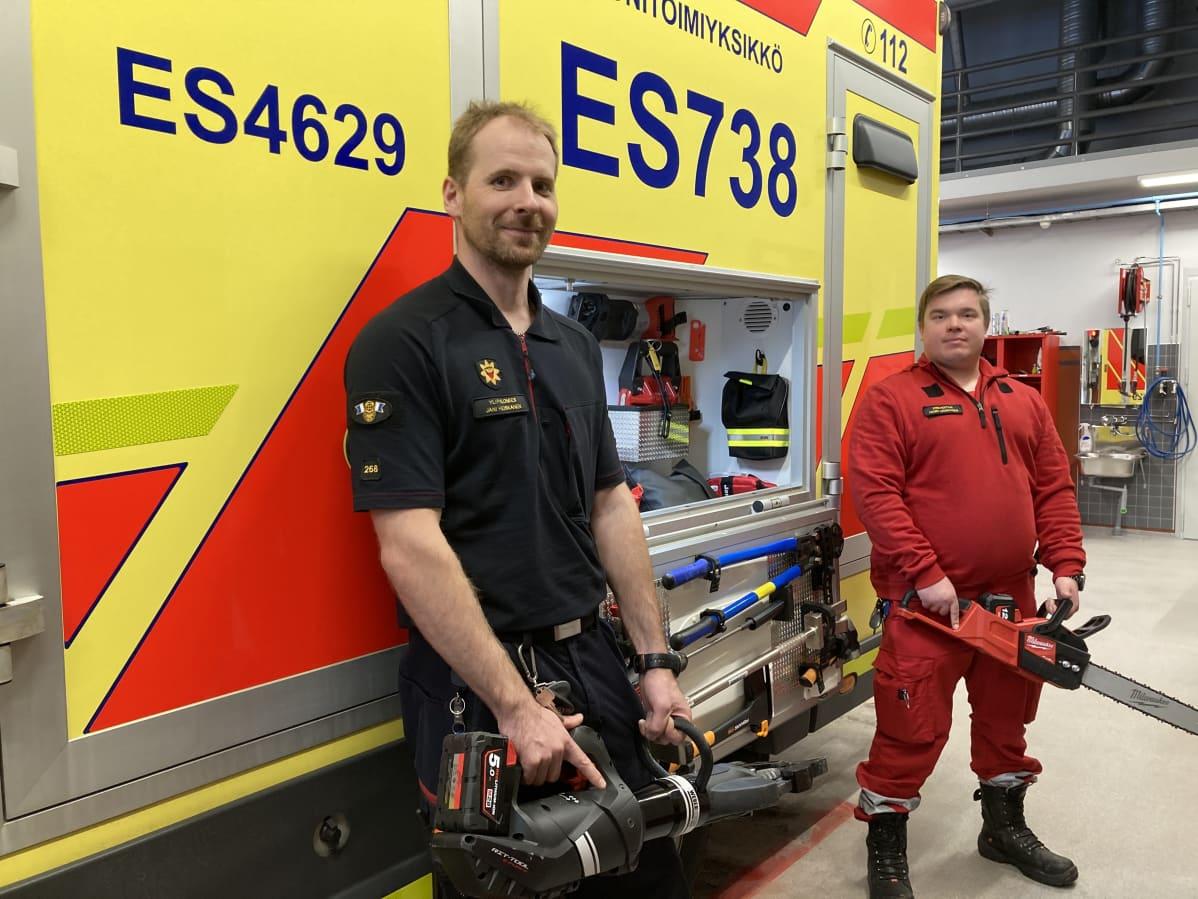 Etelä-Savon pelastuslaitoksen ylipalomies Jani Heiskanen ja ensihoitaja Henri Laukkanen