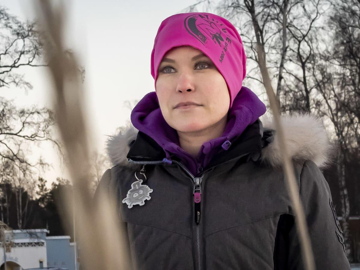 Oululainen Netta Brandt katselee Nallikarissa maisemia