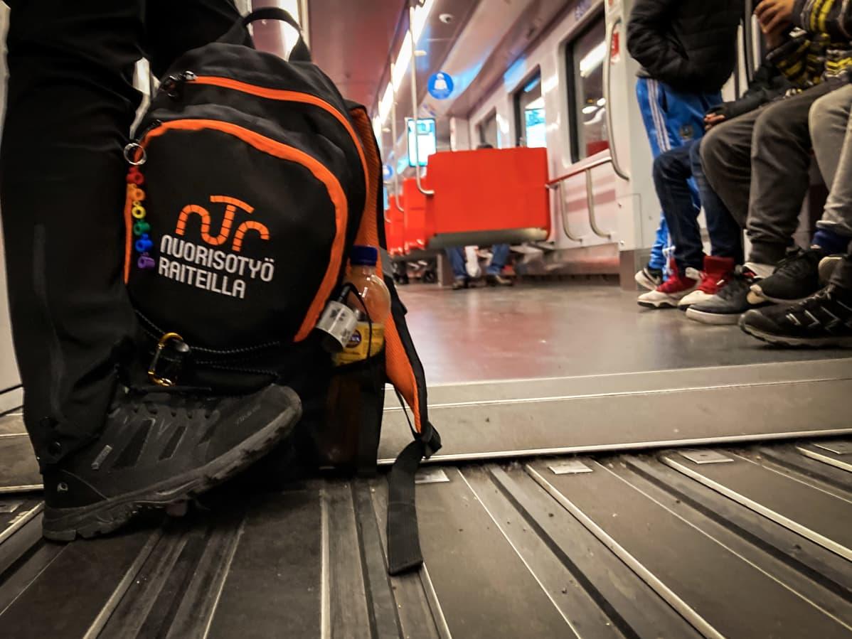 Nuorisotyö raiteilla -reppu metrossa.