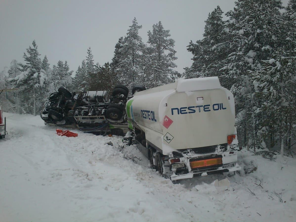 Säiliöautoyhdistelmä ojassa Vähänivassa Palojoensuun yläpuolella. Kuljettaja kertoi väistäneensä vastaan tullutta rekkaa.