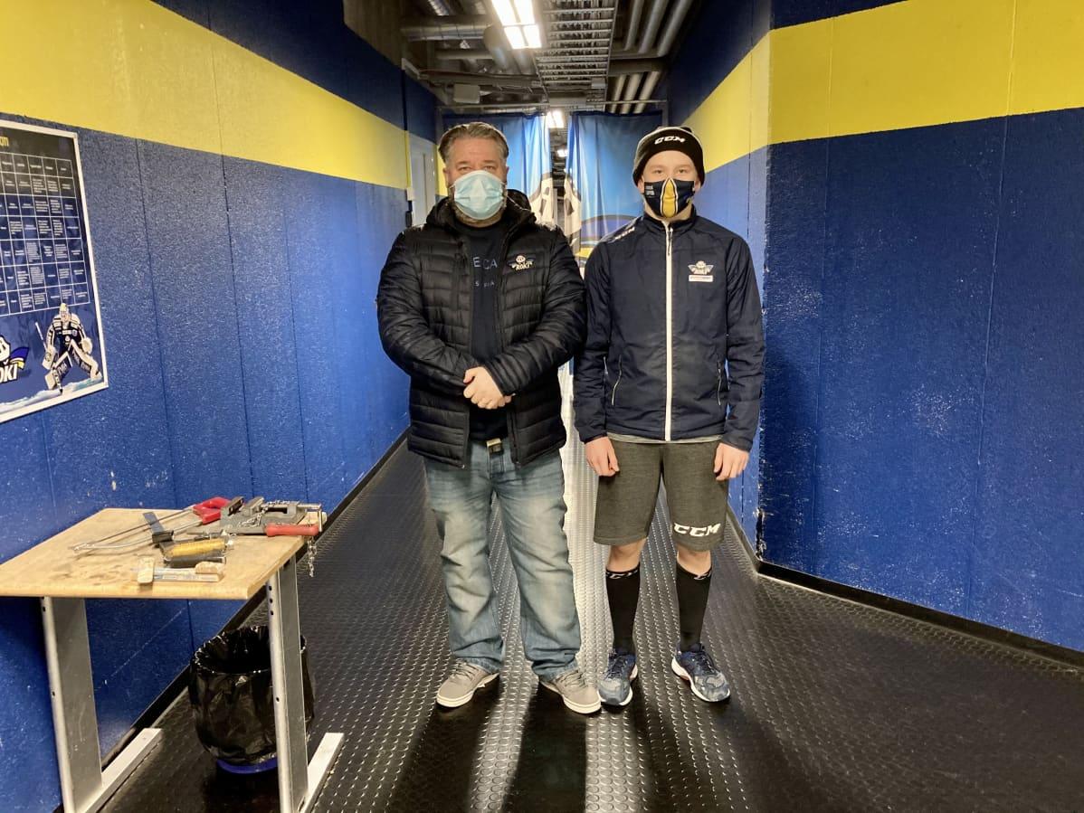 Valmentaja ja pelaaja Rovaniemen jäähallissa
