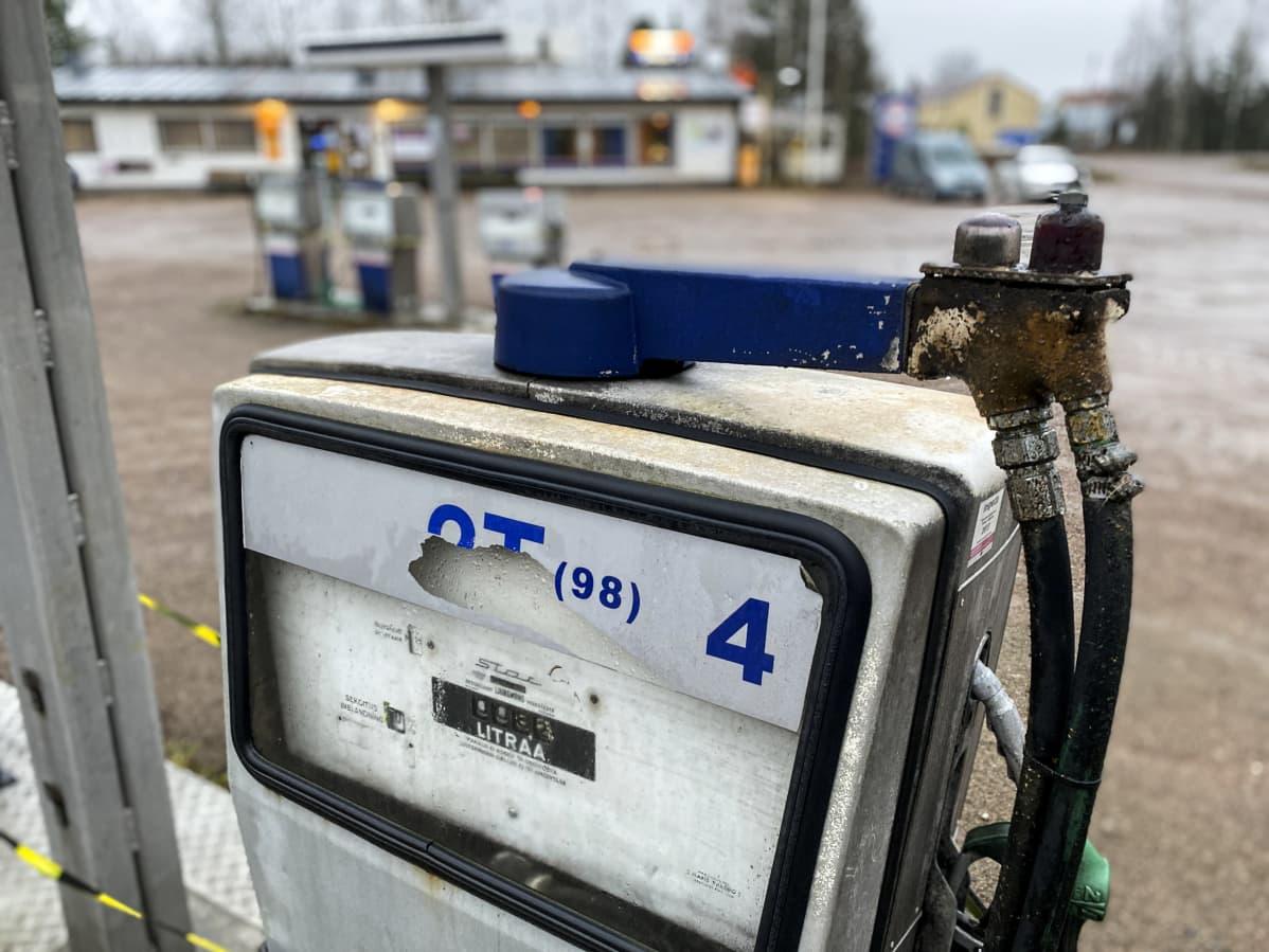 Vanhoja bensapumppuja Ruotsinkylän Gulf-baarin ja -huoltoaseman pihassa