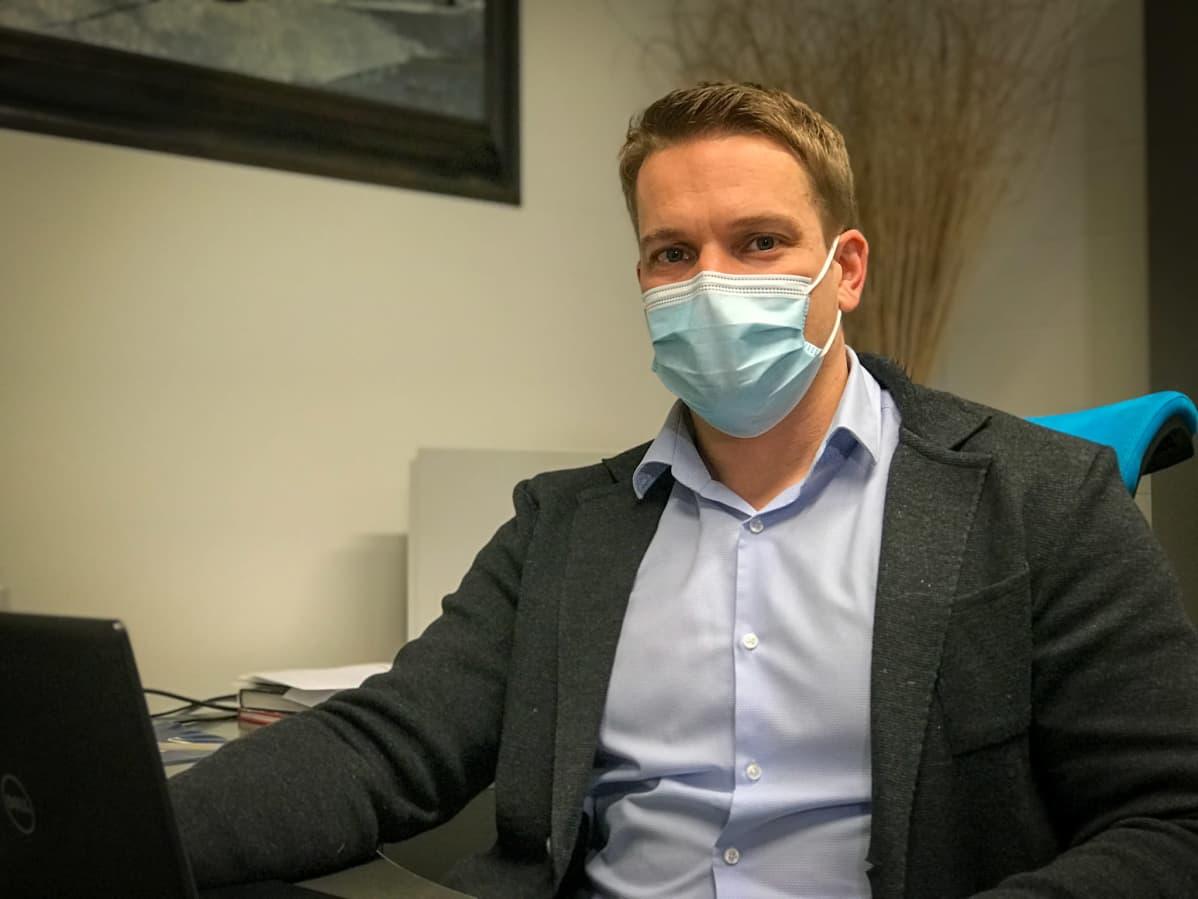 Pirkanmaan osuuskaupan ryhmäällikkö Ville Inkilä istuu työpöytänsä ääressä