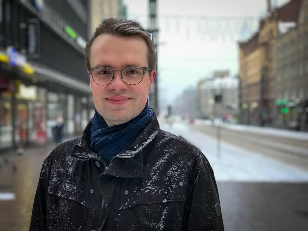 Iiro Sinisalo seisoo lumisella Hämeenkadulla