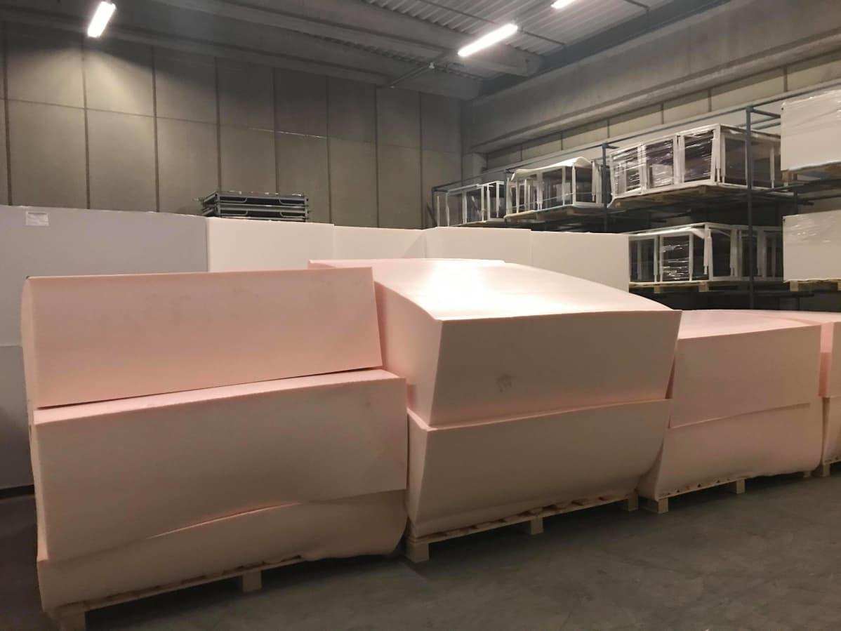 Isoja vaahtomuoviblokkeja tehtaassa.