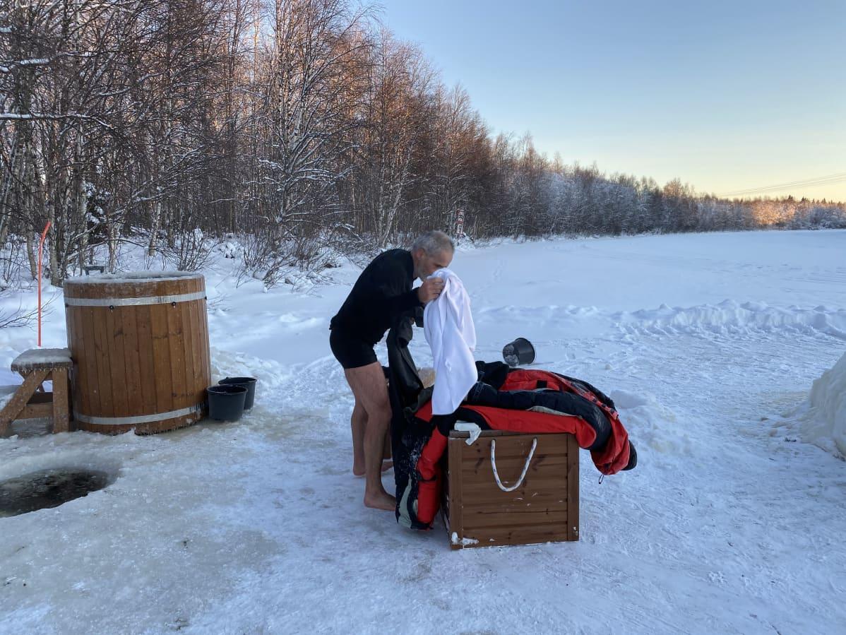 Valerjan Romanovski pukeutuu taivasalla käytyään jäävedessä.