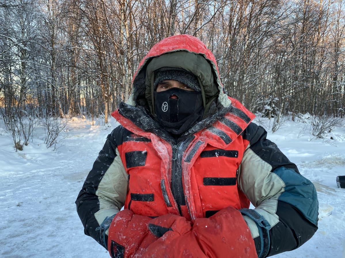 Puolalainen Valerjan Romanovski kokeilee kehonsa kylmän sietokykyä.