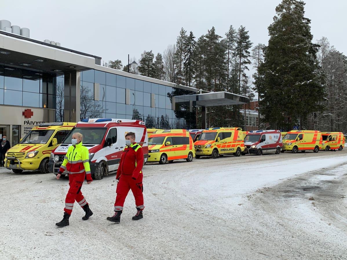 Ambulansseja jonossa.