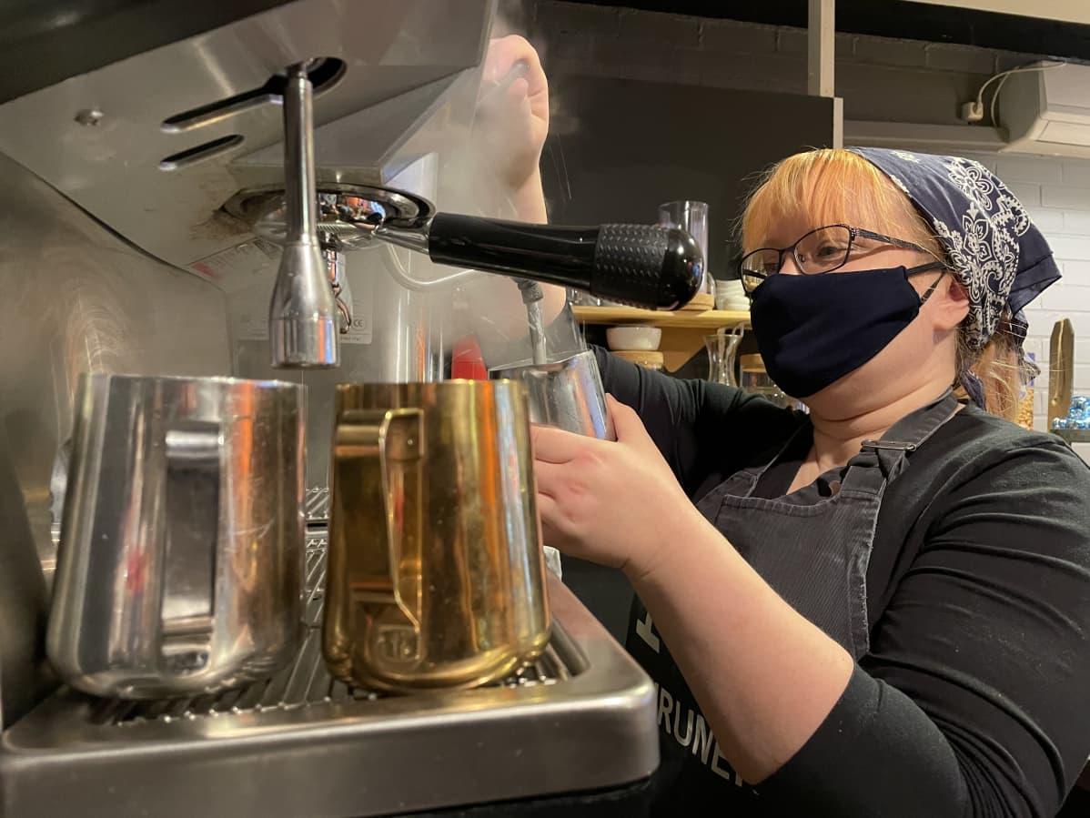 Café Murusen yrittäjä Elina Heikkinen valmistaa kahvia.