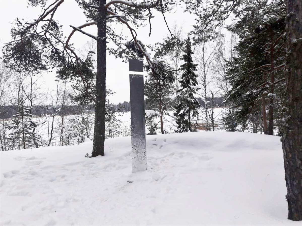 Monoliitti lumihangessa