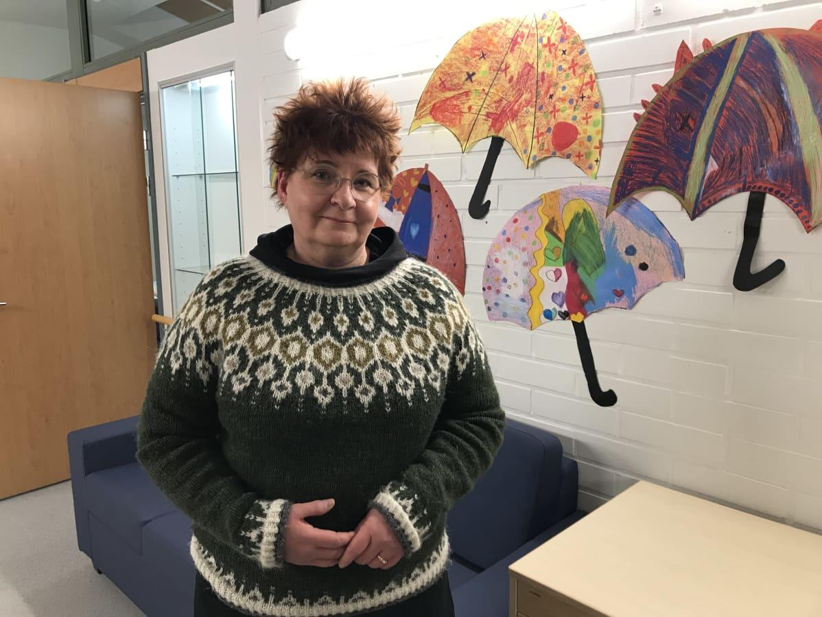 Mervi Larka-Lehto pitää yllään itse tehtyä islantilaisvillapaitaa.