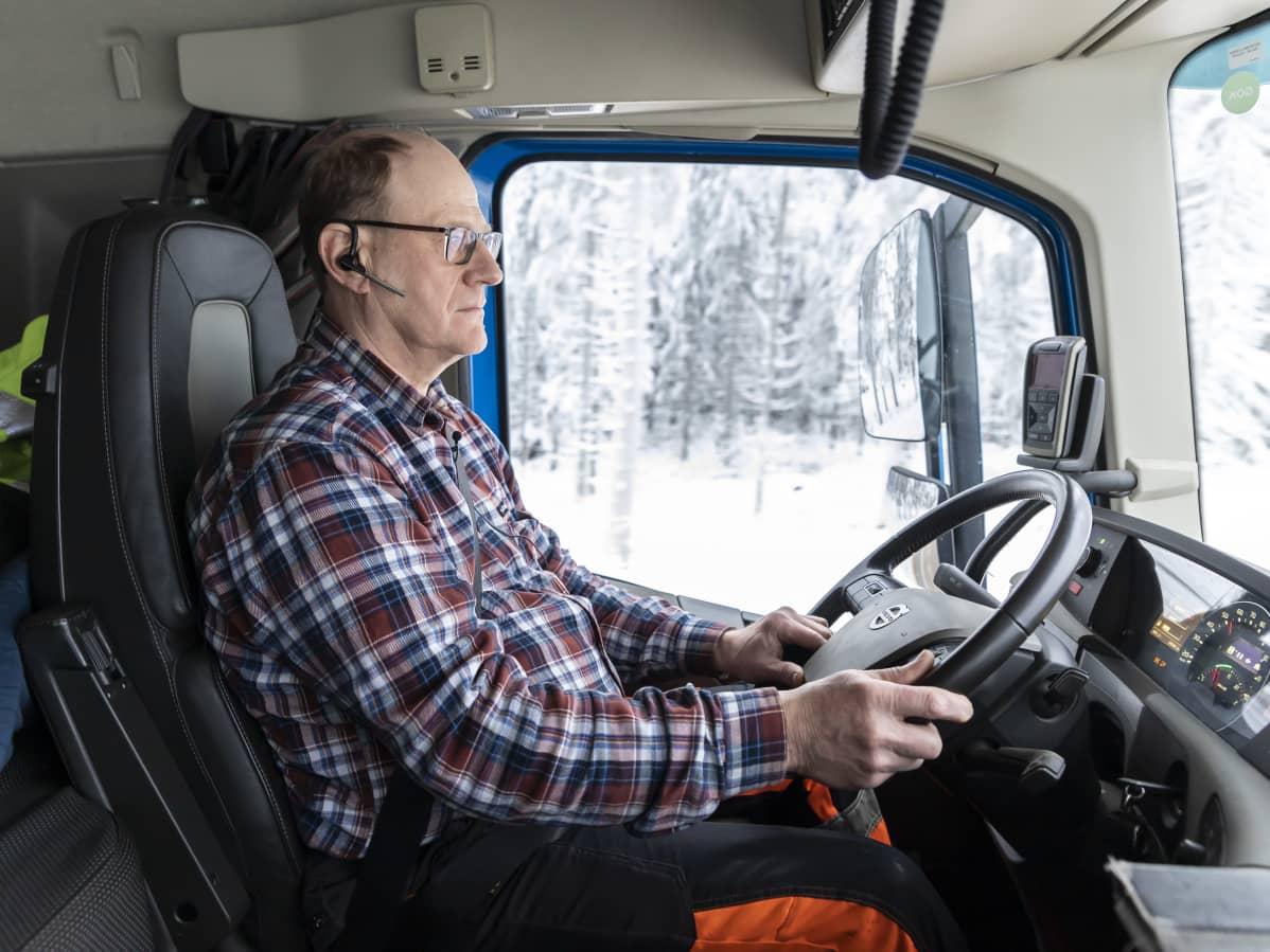 Kuljetusyrittäjä Matti Perälä ajaa rekka-autoa.