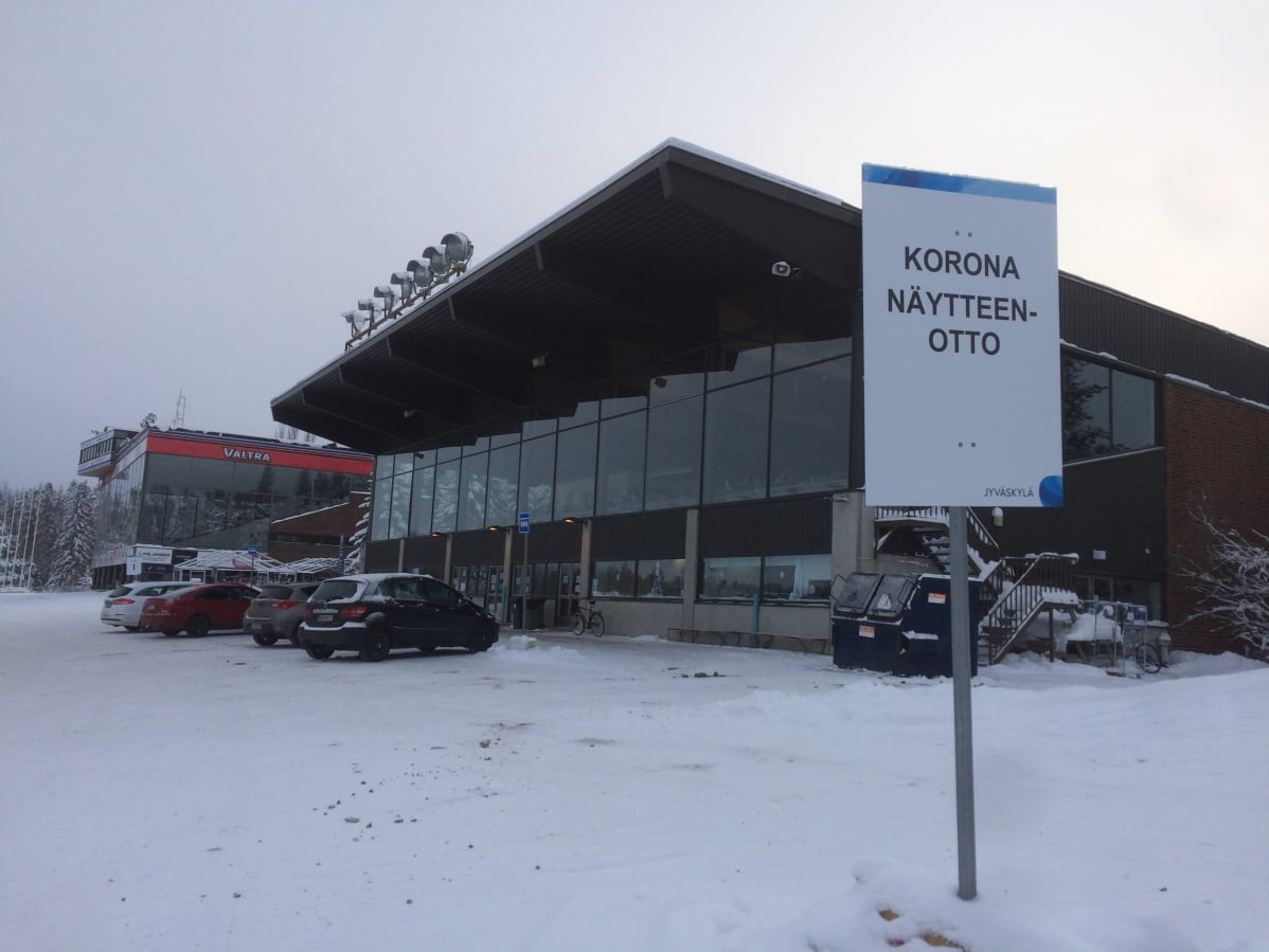 Koronatestauspiste Jyväskylän Killerillä, kuvassa myös testauspisteestä kertova opastekyltti.