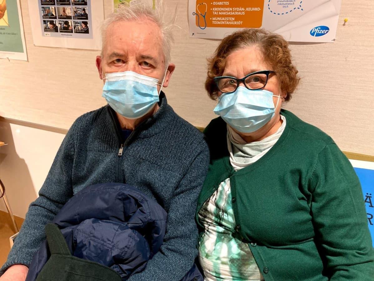 Håkan ja Dina Baarman tulivat ottamaan rokotetta Näsin terveysasemalle.