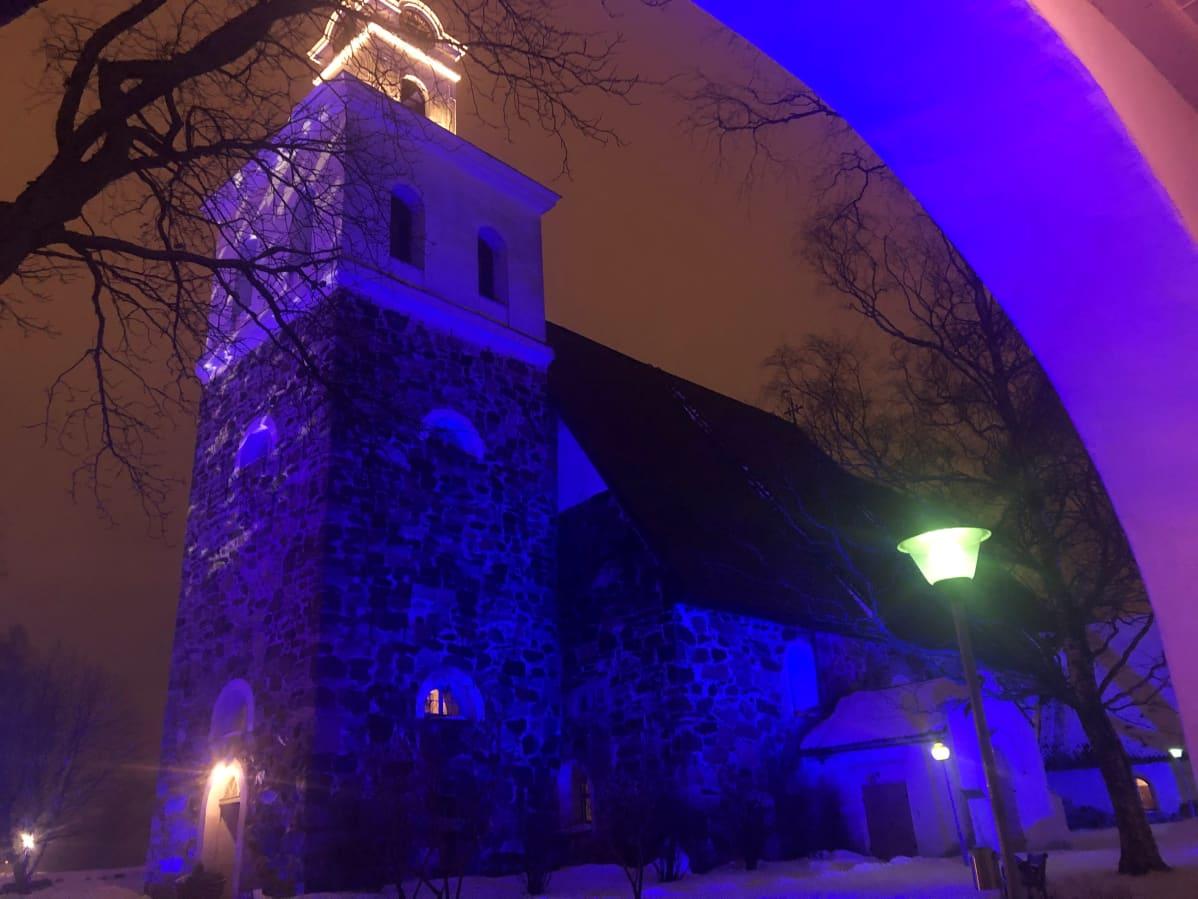 Pyhän Ristin kirkko valotaideviikon valoissa.