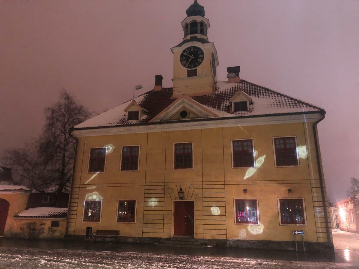 Rauman Vanha Raatihuone valotaideviikon valaistuksessa.