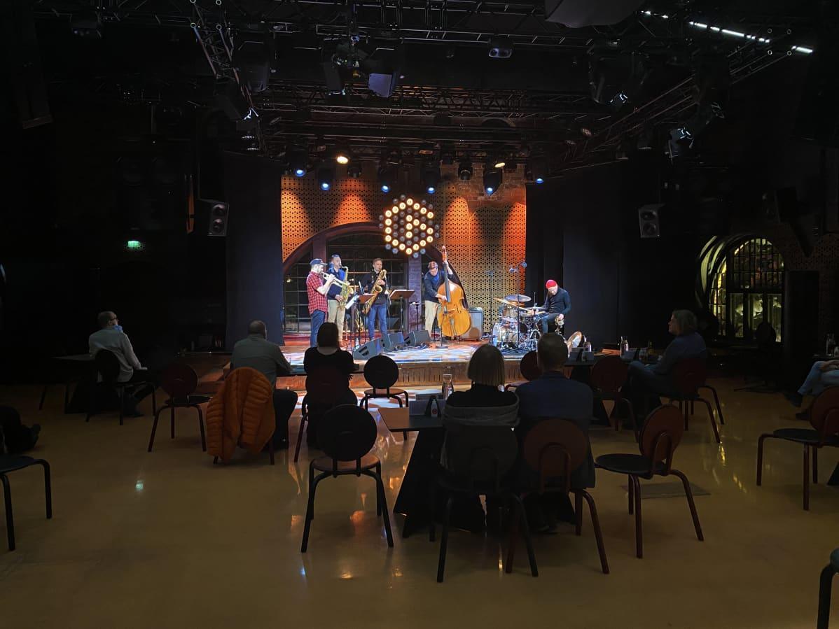 Antti Lötjönen Quintet East esiintymässä 20 katsojalle ja striimiyleisölle 4. helmikuuta 2021 Tampereen G Livelabissa.