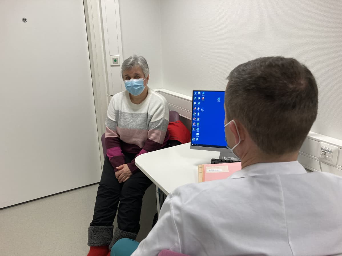 Kirurgi Kyösti haataja ohjeistaa potilas Anja Vallea.