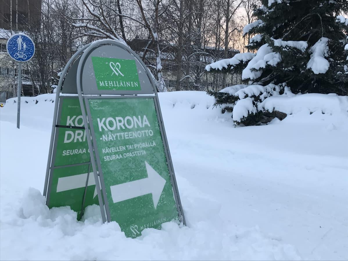 Kyltti Mehiläisen drive-in -koronatestiin Rovaniemellä.