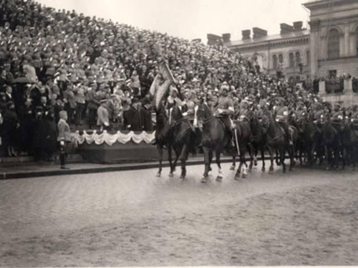 Helsinki, standarikulkue Senaatintorilla, tuomiokirkon edessä; paraatissa mm. luutnantti Lerche hevosellaan Morga. Kuva otettu 16.5.1926