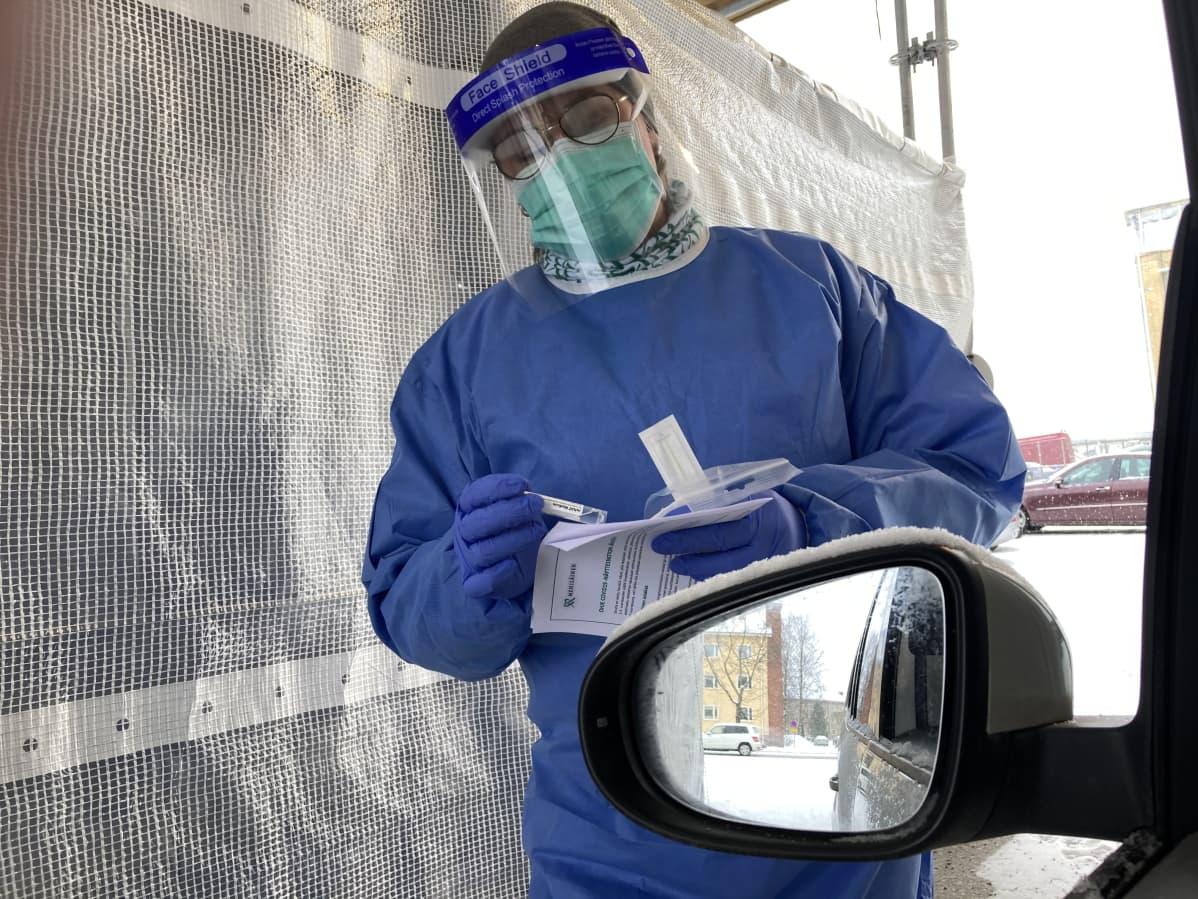 Koronatestiä ottava sairaanhoitaja Porissa