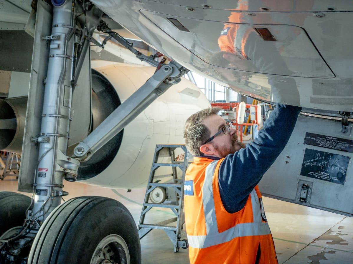 Finnairin lentokoneen huoltoa Helsinki-Vantaalla