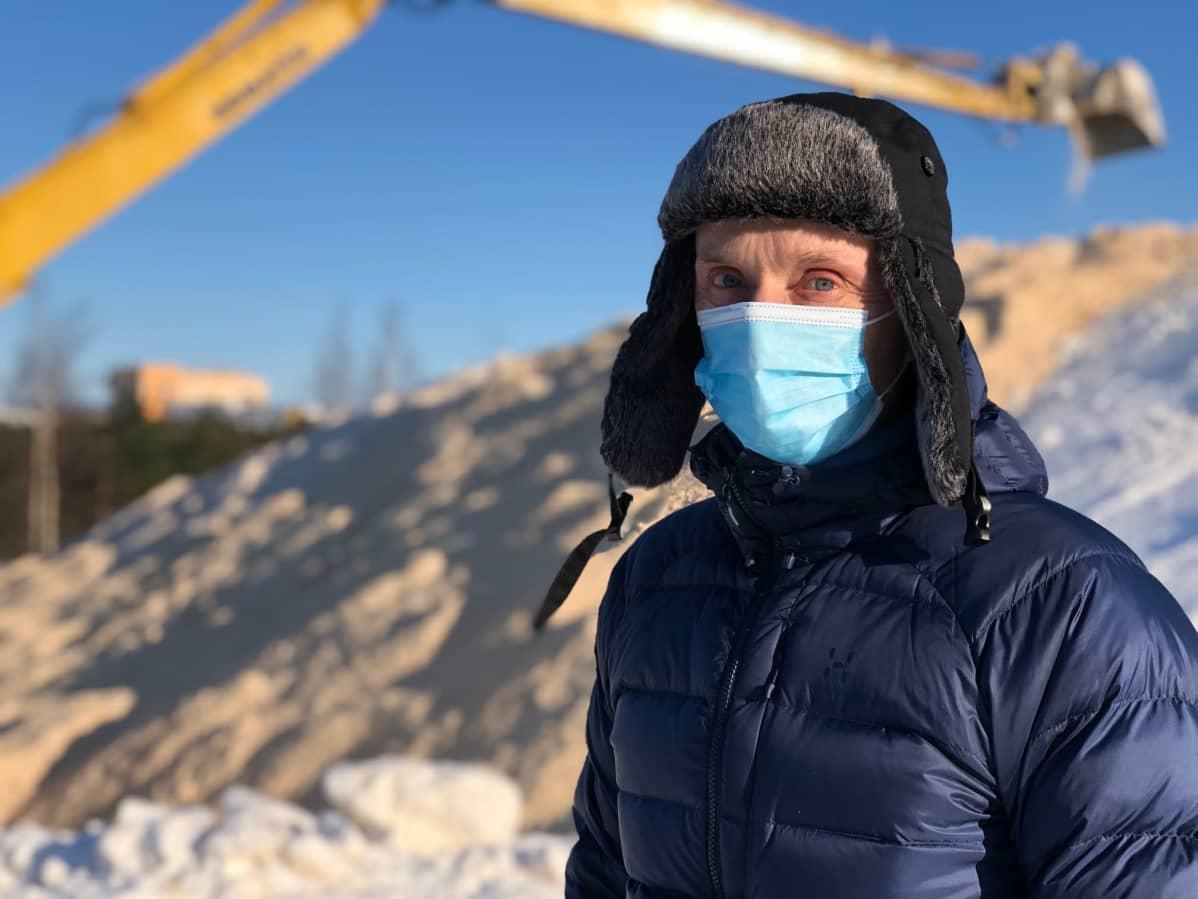 Porin kaupungin työnjohtaja Seppo Myllykoski Porin metsän lumensäilöntäpaikalla.