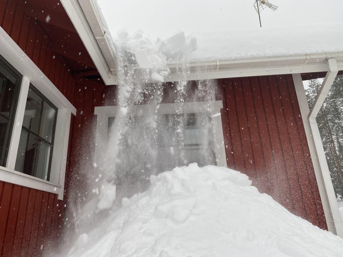 Talon katolta putoaa lunta