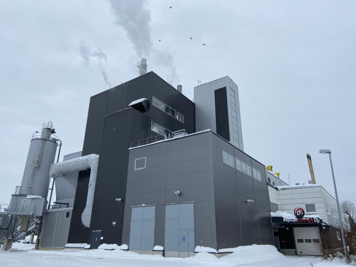 Lapuan Energian kaukolämpöä ja sähköä tuottava laitos. Piipuista tupruttaa vesihöyryä.