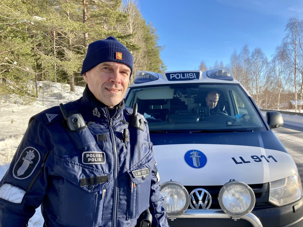 Poliiseja partioimassa Lapissa Rovaniemellä.