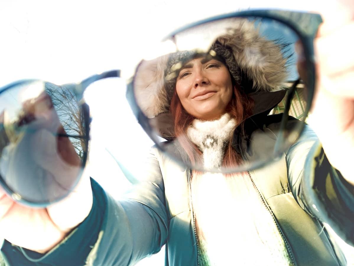 Oululainen Veera Tikkinen laittaa aurinkolasit päähän