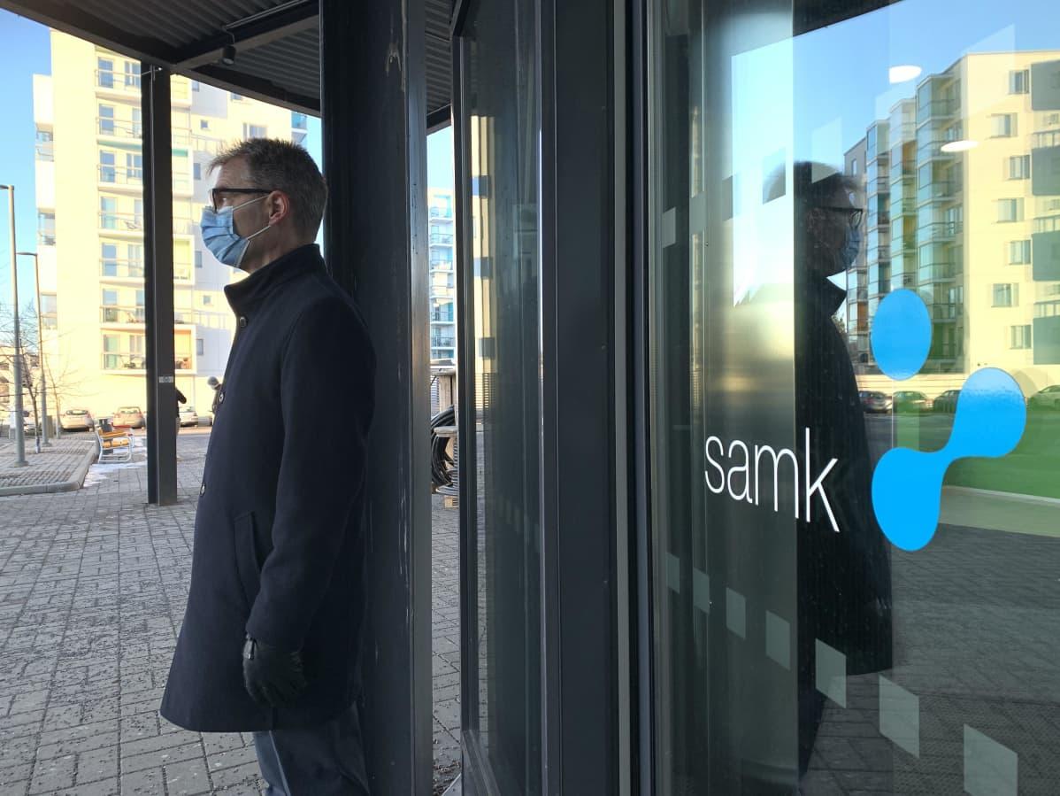 SAMKin toimitusjohtaja-rehtori Jari Multisilta Porin kampuksen edessä.