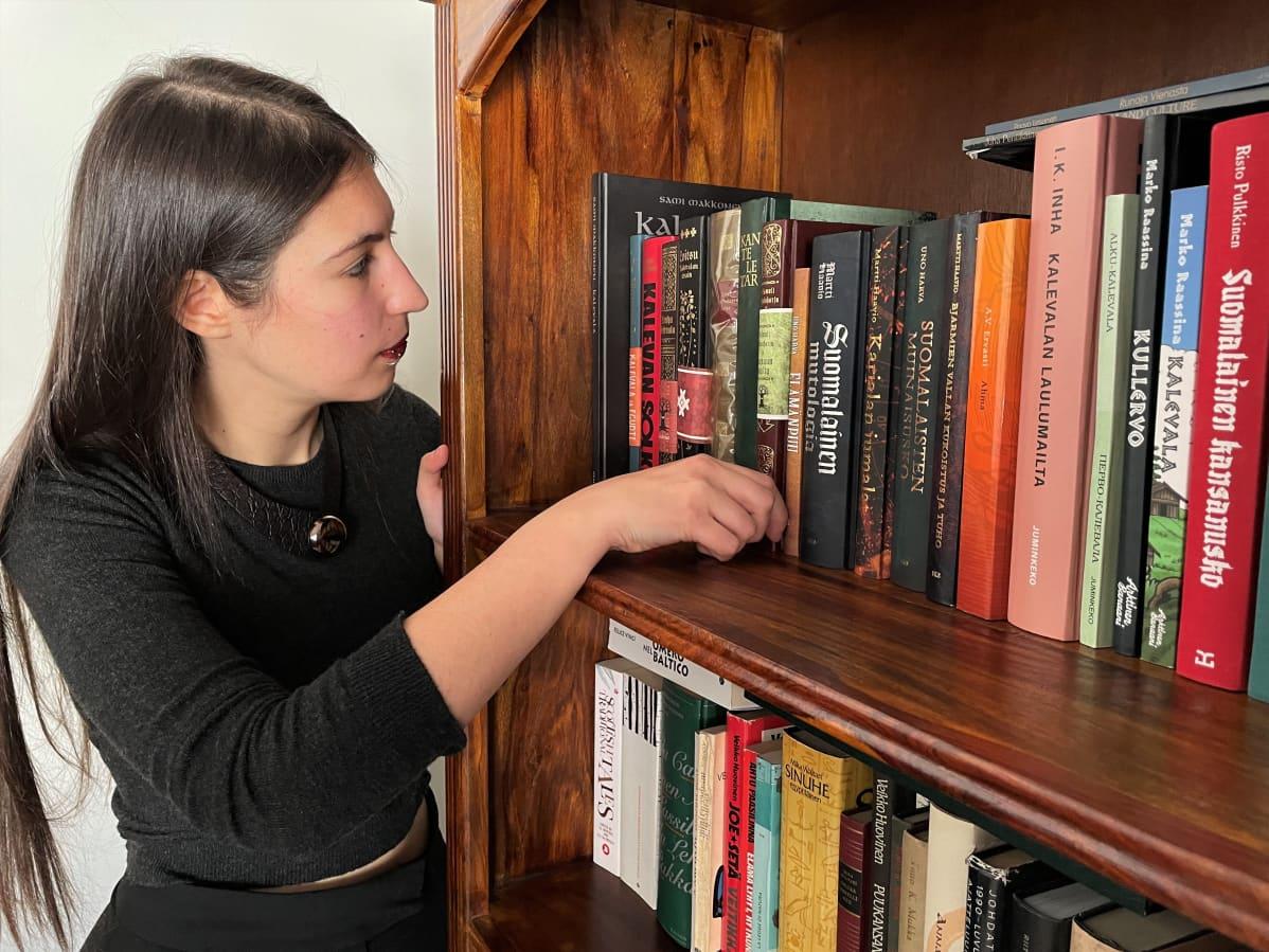 Italialainen Giulia Santelli esittelee kirjakokoelmaansa kotonaan Kuhmossa.