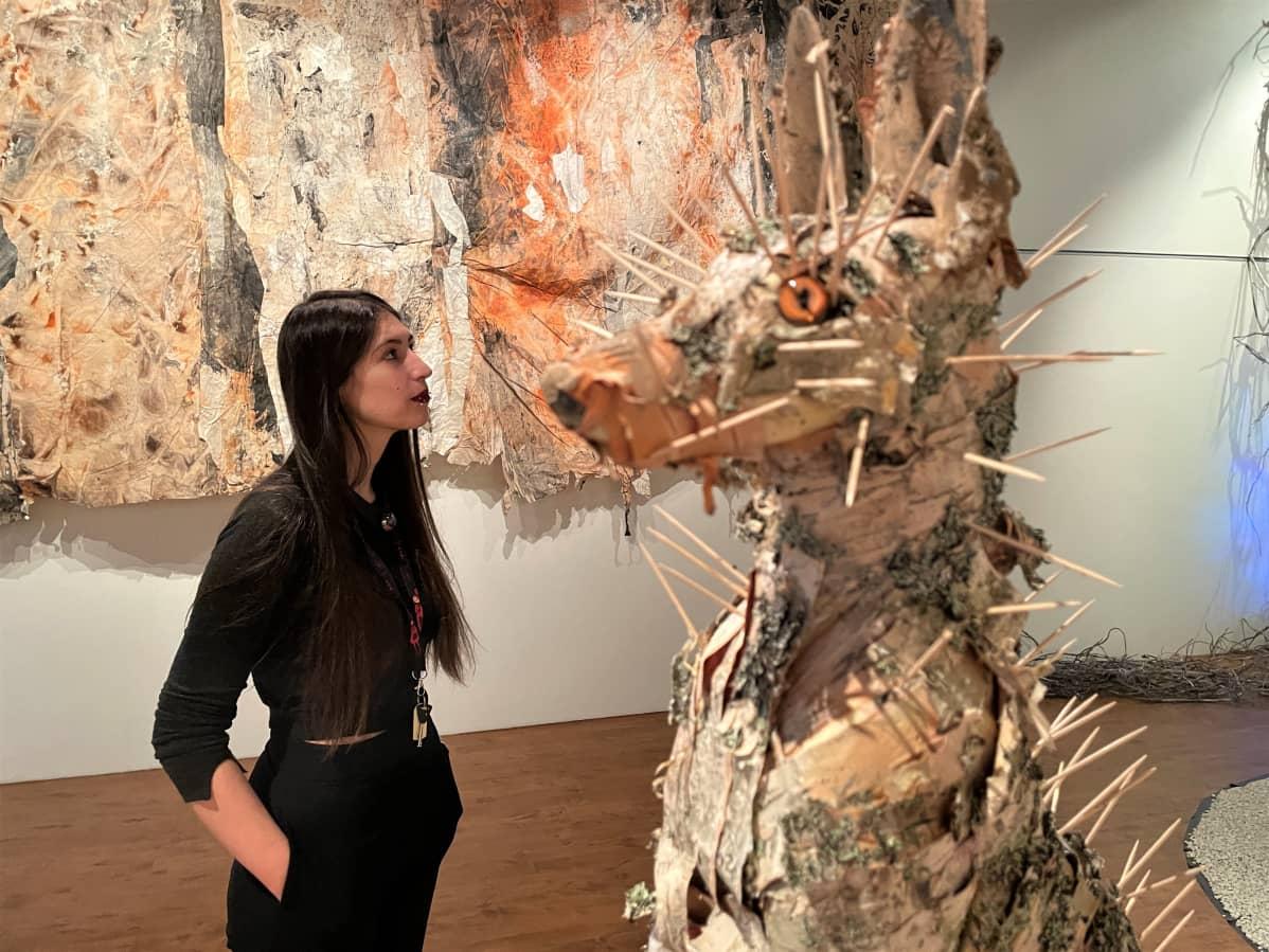 Italialainen Giulia Santelli työpaikallaan Juminkeon kulttuurikeskuksessa Kuhmossa.