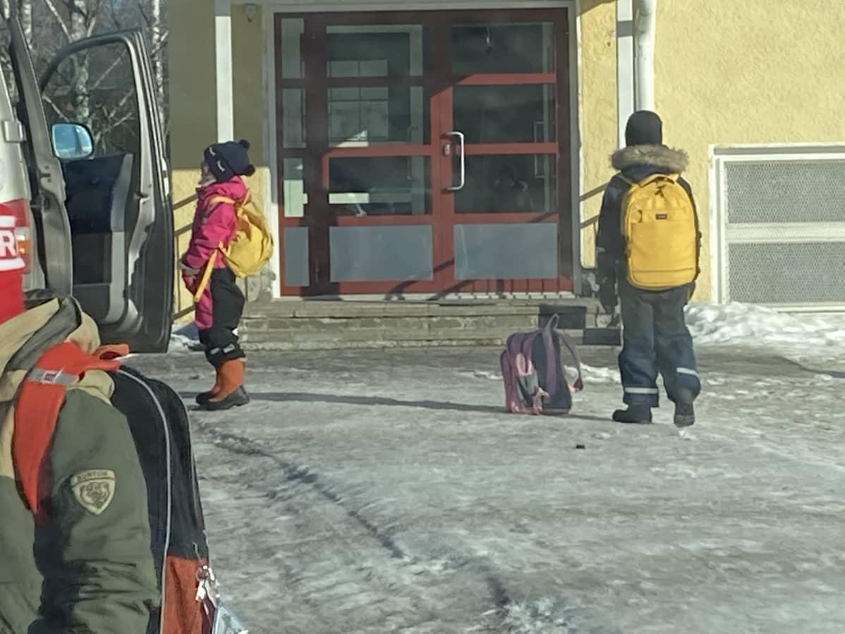 Lapsia koulun pihalla.