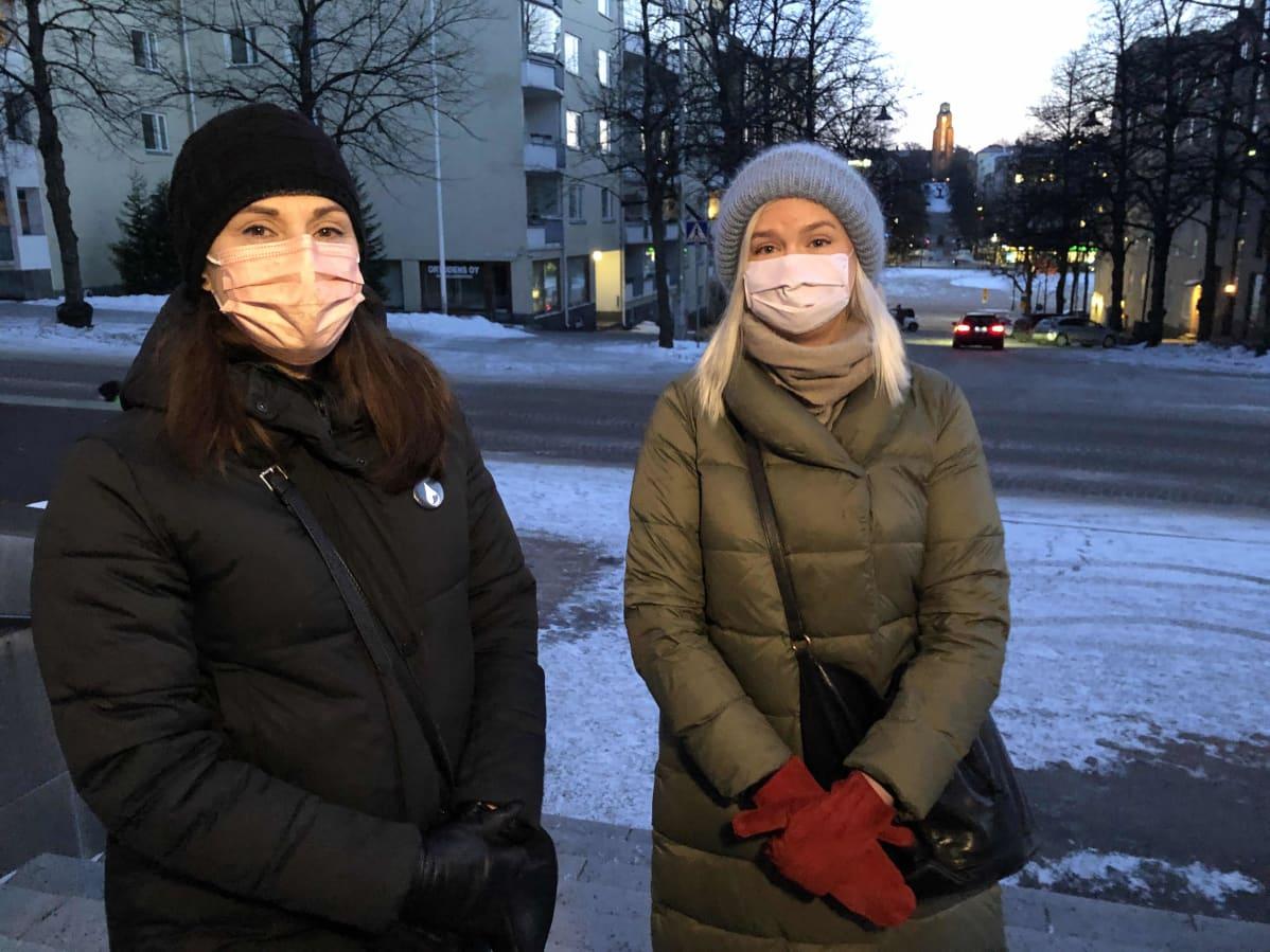 Mia Mironoff ja Jenni Lindfors Ristinkirkon portailla.Taustalla siintää Lahden kaupungintalo.