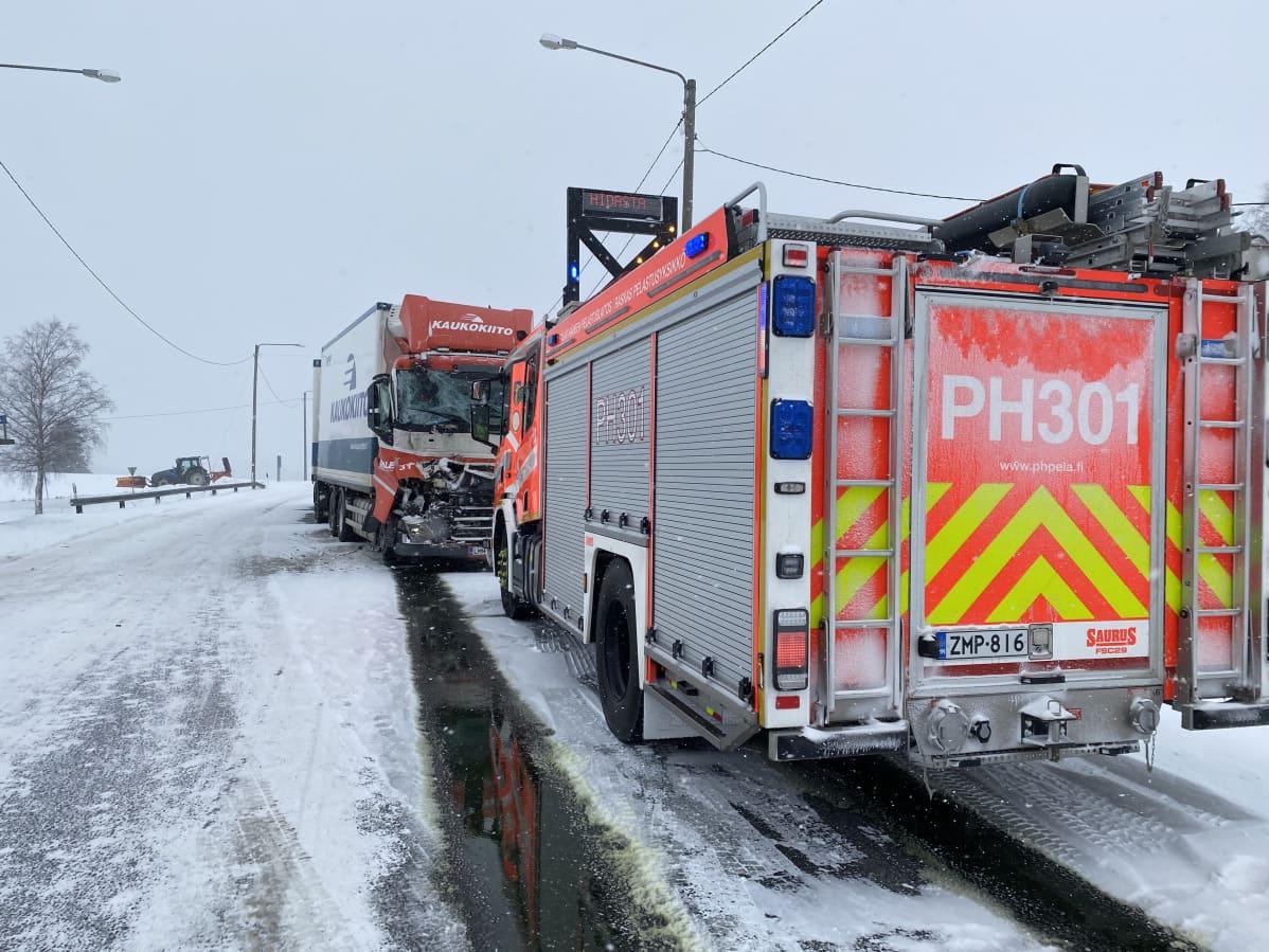 Suuri tieliikenneonnettomuus Hollollassa vt12:lla.