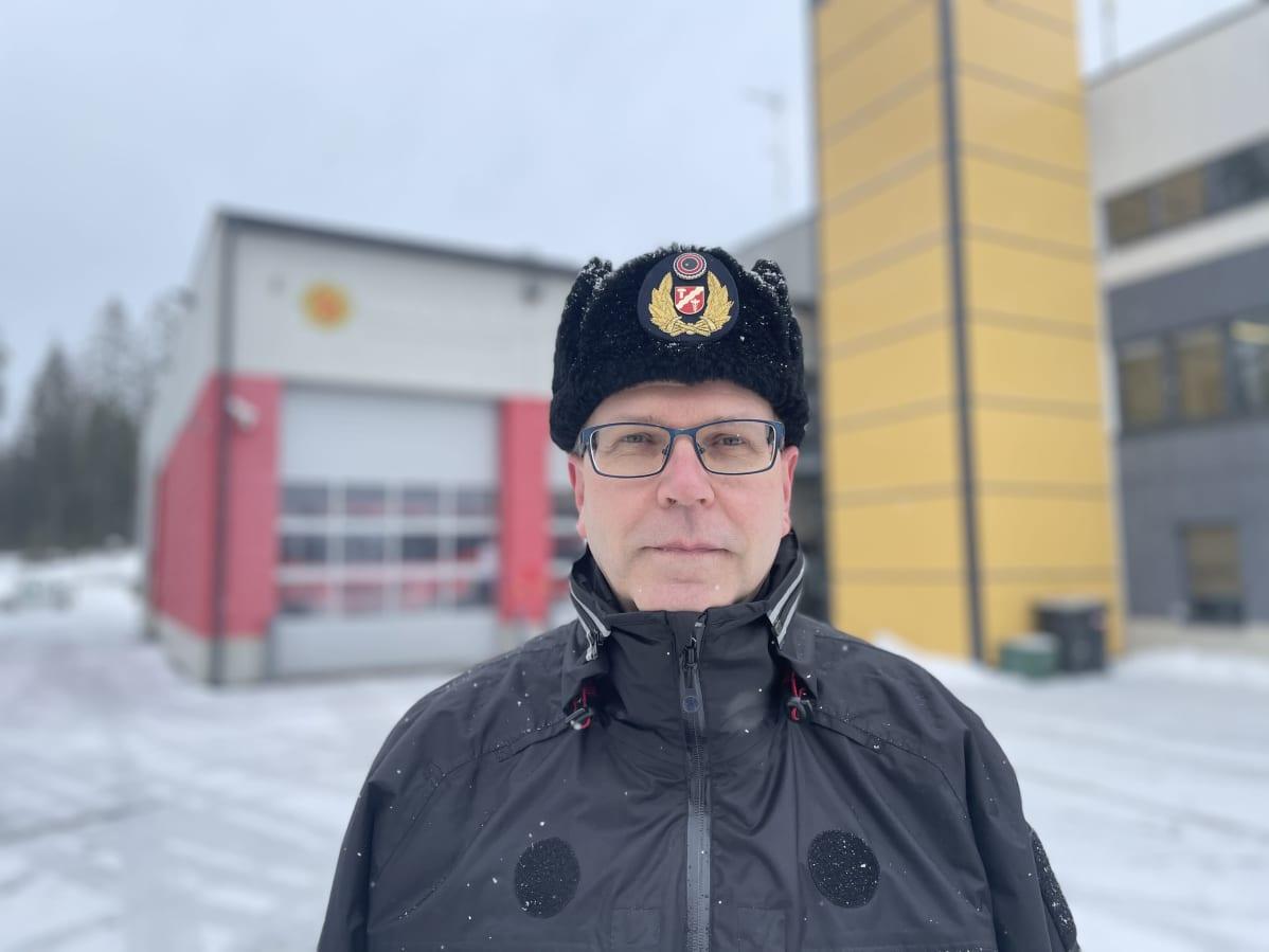 Pirkanmaan pelastuslaitoksen johtava palotarkastaja Pekka Mutikainen Pirkkalan palolaitoksen edessä
