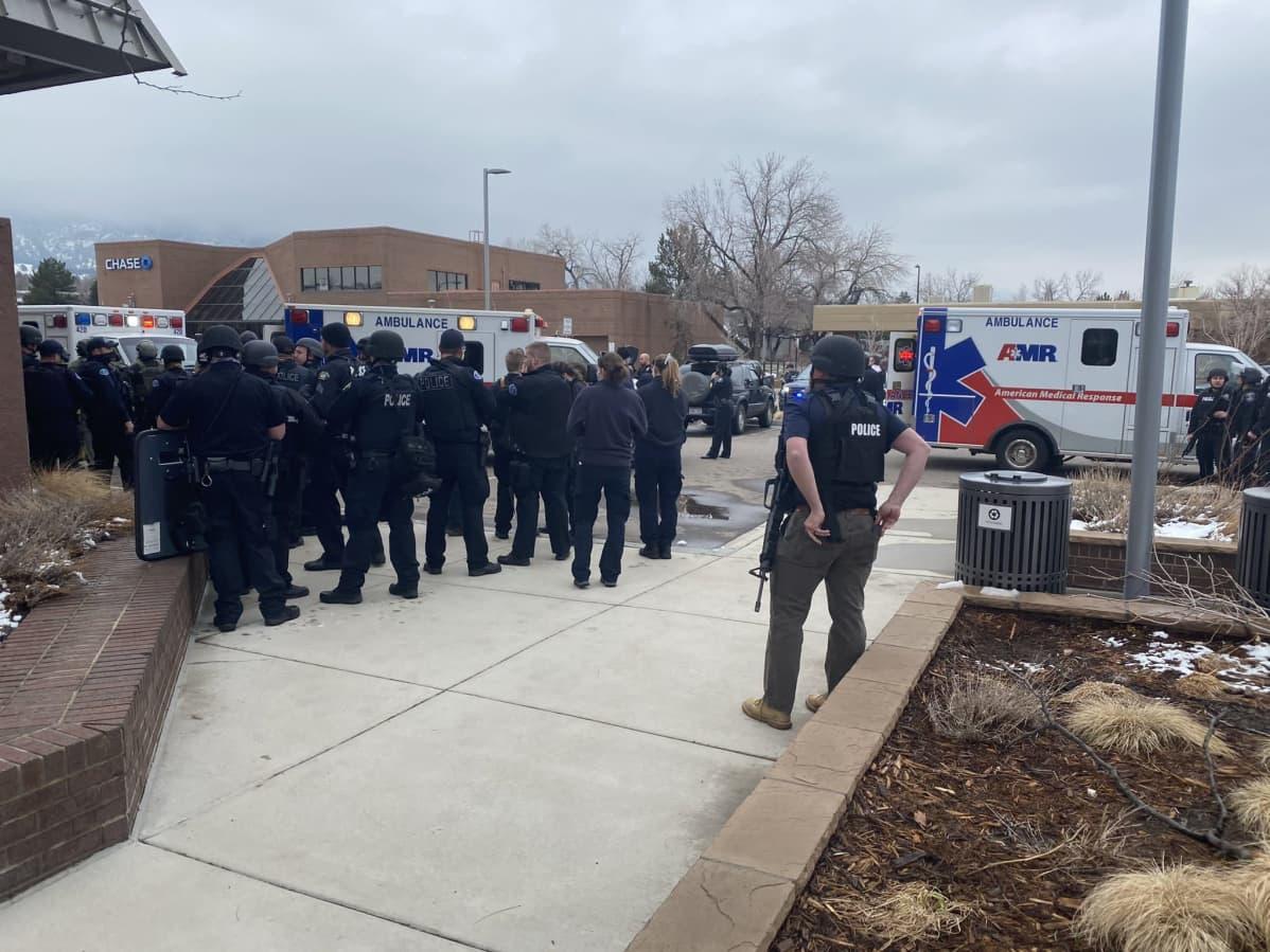 Useiden ihmisten kerrotaan kuolleen asemiehen hyökättyä kauppaan Bolderissa Yhdysvalloissa.
