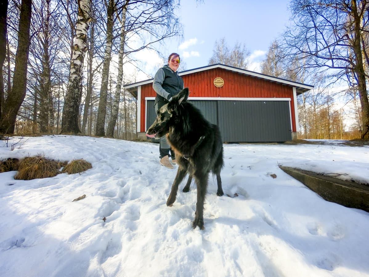 Ria Muurinen ja koiransa Rhea Hämeenlinnassa.