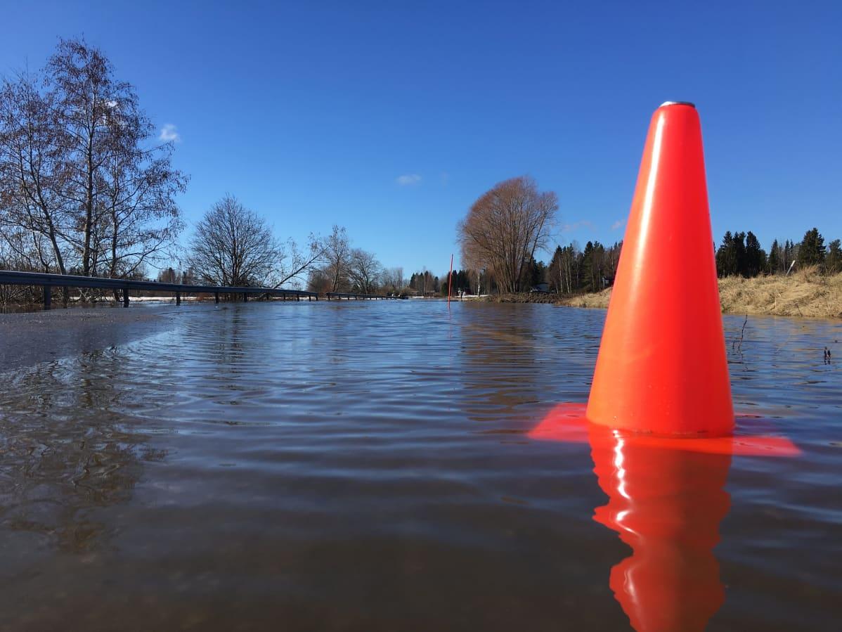 Tulvavesi noussut tielle Kyrönjoella Etelä-Pohjanmaalla 31.3.2021