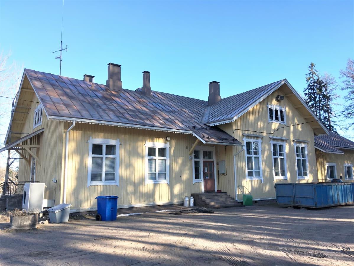 Entinen kyläkoulurakennus Sääskjärvellä Iitissä.