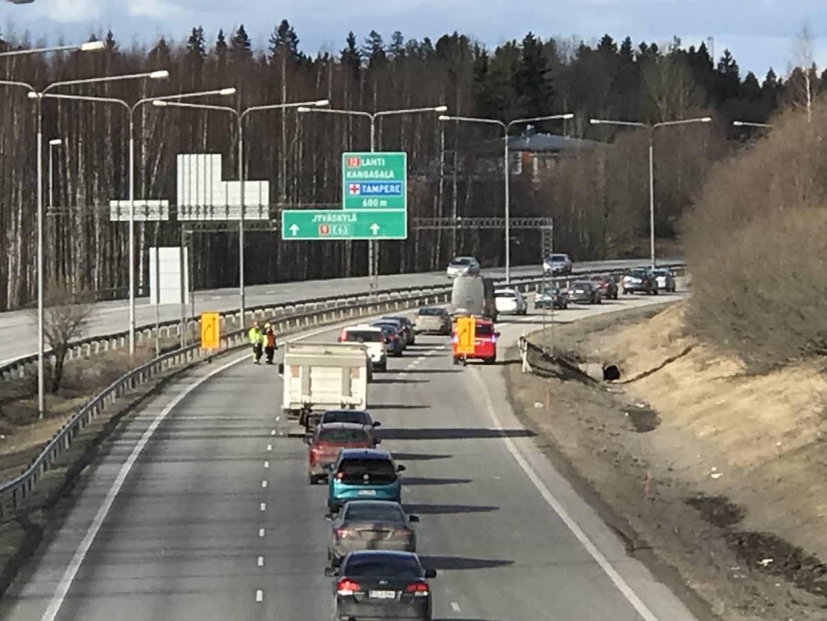 Liikenneonnettomuuden aiheuttama ruuhka ysitiellä Tampereella