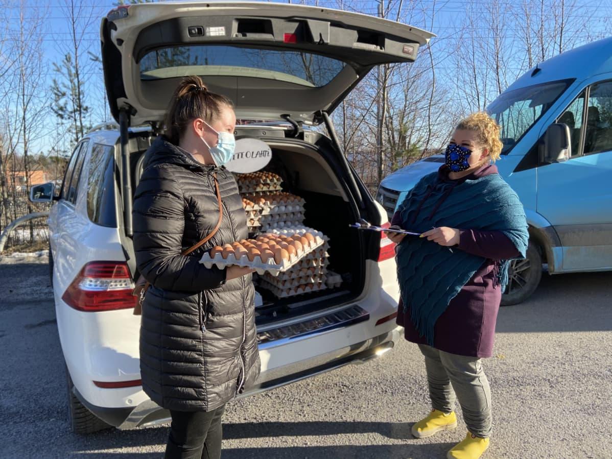 Anu Nieminen on tullut hakemaan tilauksensa Tampereen Tohlopin reko-jaosta. Lea Aittolahti on tuonut Kuhmoisista kananmunia myyntii.