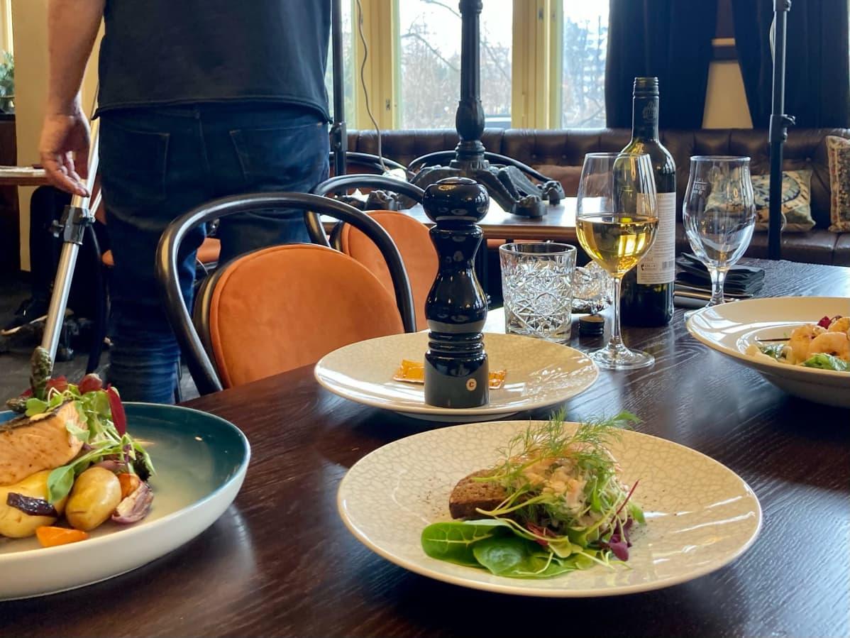 Kuvattavaksi tehtyjä ruoka-annoksia ravintolan pöydällä