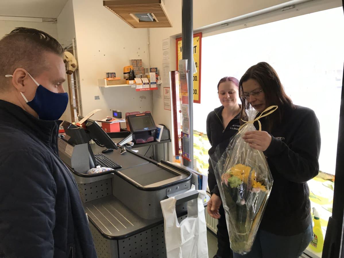 Mies ojensi kukkia naiselle