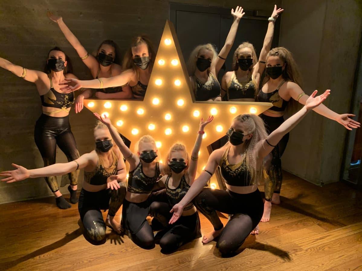 Sirkus Bravuurin esittäjät poseeraavat Talent-finaalissa tähden edessä.